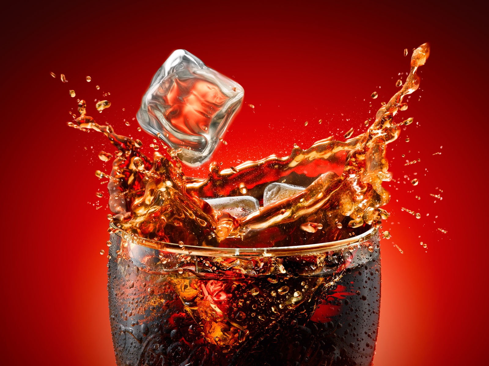 Ice-splash-in-a-Coca-Cola-cup-wallpaper_4256