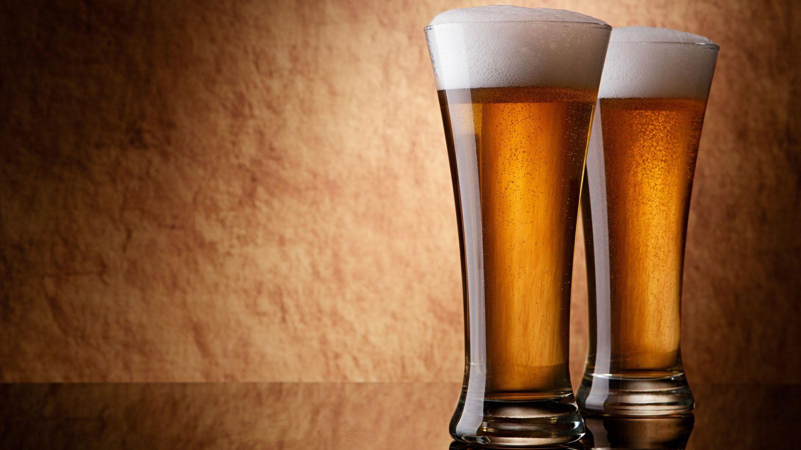 beer-on-glass-hd-desktop-wallpaper